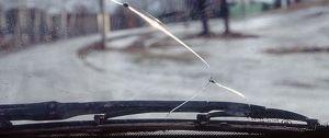 Как зимой продлить срок службы стекла на авто, если на нем уже есть трещина